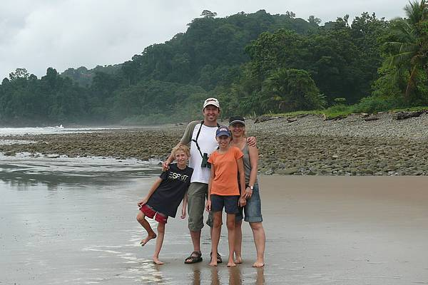 Familie Stoll am Strand in Costa Rica